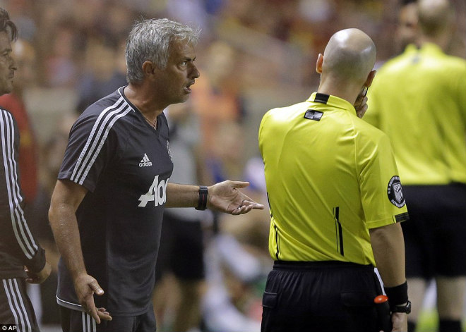 Mourinho nói gì về chiếc thẻ đỏ ngớ ngẩn của Valencia?