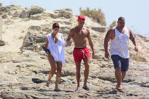 Bạn gái Ronaldo lộ bụng bầu khi đi nghỉ dưỡng ở Ibiza