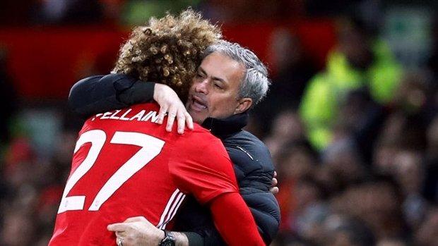 Fan Man Utd 'khóc ròng' vì Mourinho quyết giữ Fellaini
