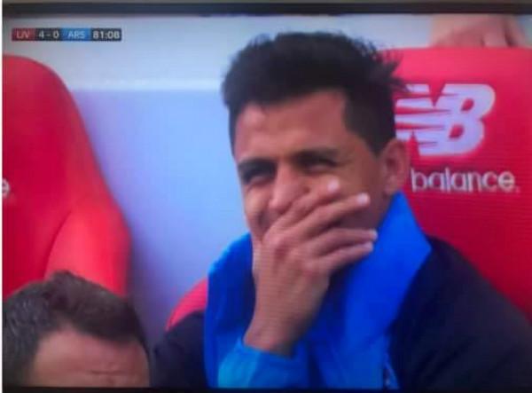 Arsenal thảm bại, Alexis Sanchez bị phát hiện che miệng cười tươi