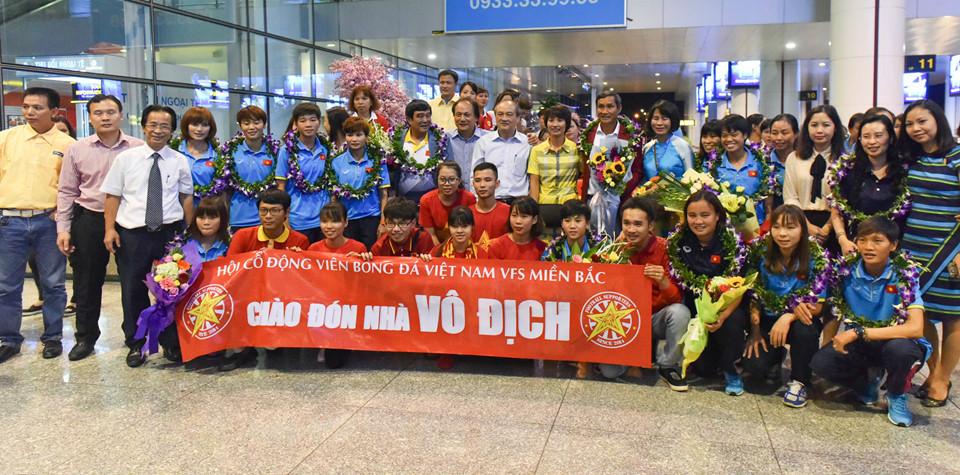 CHÙM ẢNH: Các cô gái Vàng của bóng đá Việt trở về trong sự chào đón nồng nhiệt của NHM
