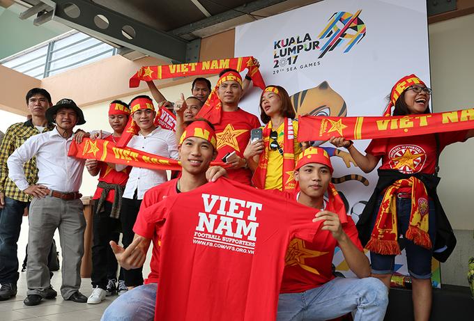 CĐV hào hứng đến sớm 4 tiếng cổ vũ cho U22 Việt Nam
