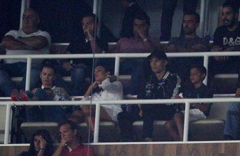 Ronaldo cùng bạn gái xem Real dễ dàng đánh bại Barca từ khán đài