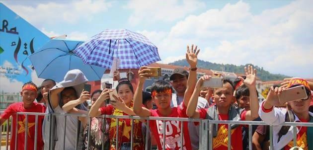 """CĐV Việt Nam """"nhuộm đỏ"""" Selayang, U22 Việt Nam sẵn sàng tiễn Thái Lan về nước"""
