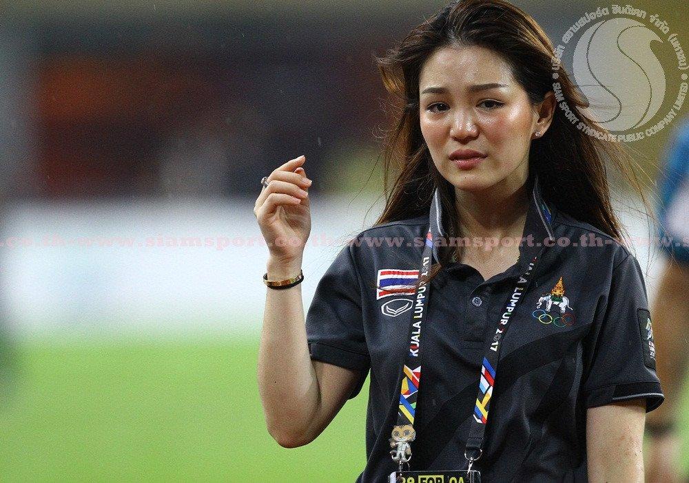 Hot Girl trưởng đoàn Thái Lan bật khóc khi đội nhà vô địch