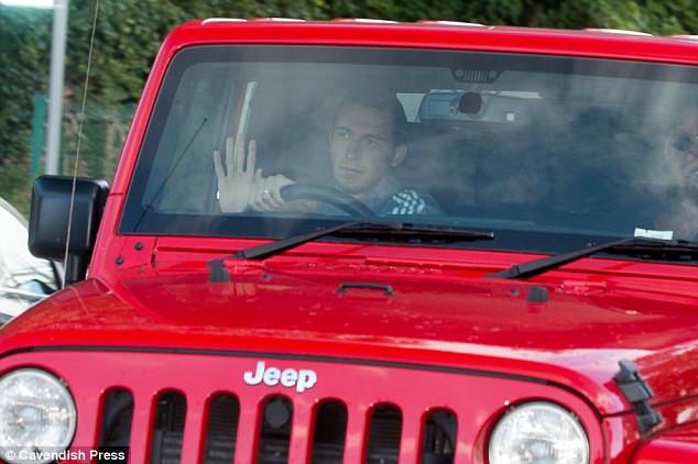 CHÙM ẢNH: Sao MU lái xe 'nhuộm đỏ' hầm hố tới sân tập