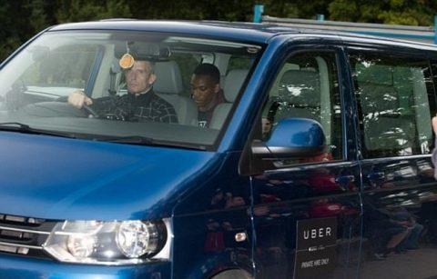 Thu nhập khủng, bộ đôi sao M.U vẫn tiết kiệm gọi taxi đến sân tập