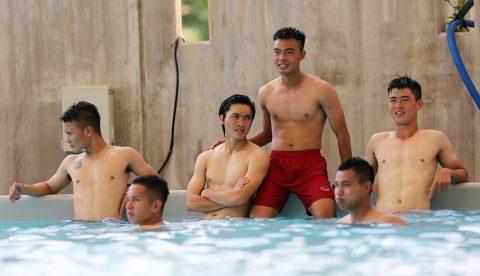 U22 Việt Nam thư giãn ở bể bơi sau chiến thắng đầu tiên tại Hàn Quốc