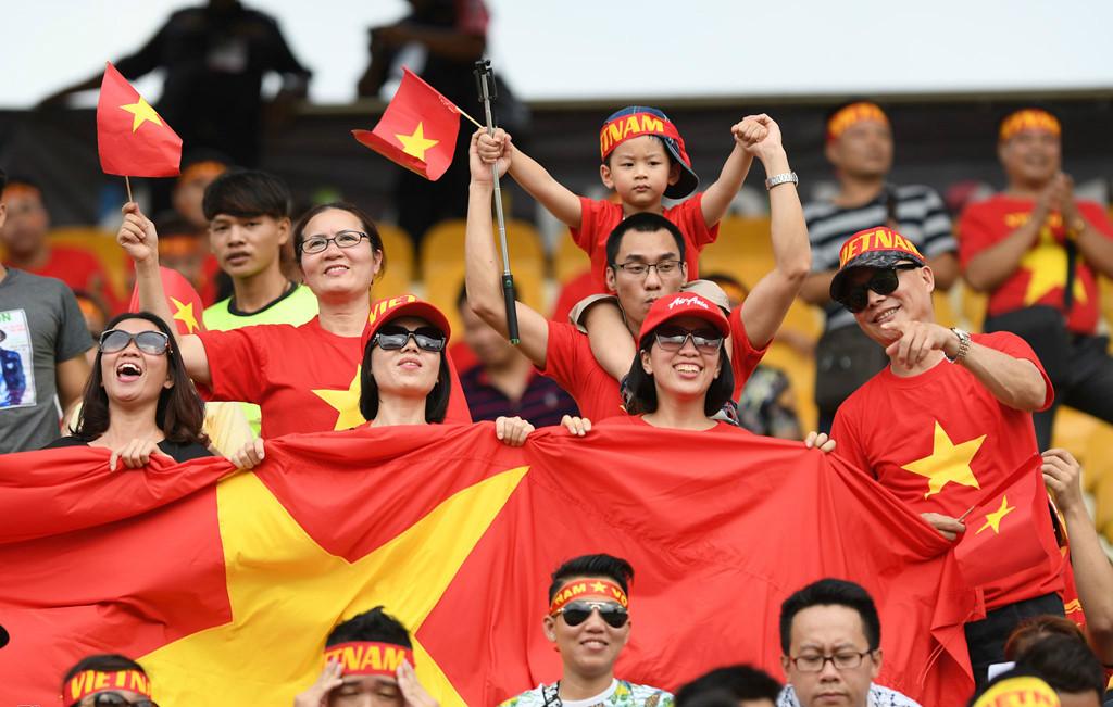 CĐV người nước ngoài, fan nữ đến cổ vũ U22 Việt Nam ở SEA Games 29