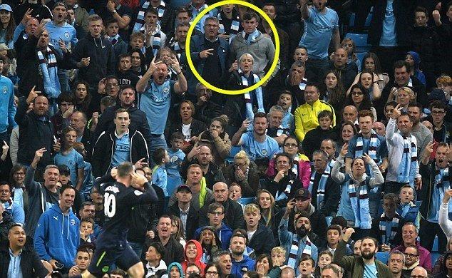 Rooney chọc tức Man City với hình ảnh hy hữu: Triệu fan MU phấn khích tung hô 'Quý ngài 200'