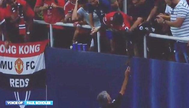 M.U thua Siêu Cúp châu Âu, Mourinho tặng huy chương cho CĐV nhí