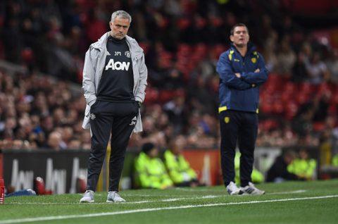 """M.U đang thăng hoa, nhưng có 2 nhân vật vẫn khiến Mourinho """"nóng mặt tắt nụ cười"""""""