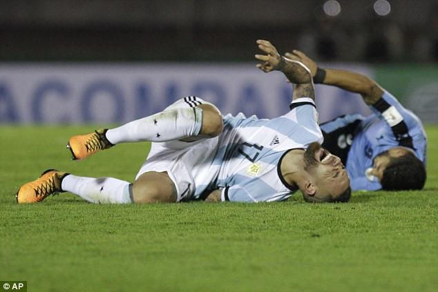 Luis Suarez thoát án phạt sau tình huống 'triệt hạ' với Otamendi