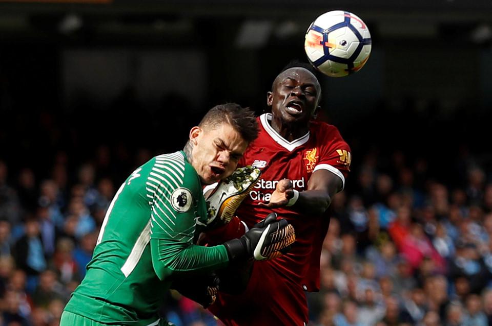 Chùm ảnh: CẬN CẢNH pha đạp thẳng mặt rợn người của Mane khiến thủ môn Man City gục tại chỗ