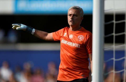 Chùm ảnh: Mourinho xỏ găng trổ tài bắt gôn cực hài ở trận cầu từ thiện