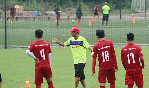 """HLV Mai Đức Chung đưa ra """"giáo án"""" bất ngờ cho ĐTVN tập trước trận gặp Campuchia"""