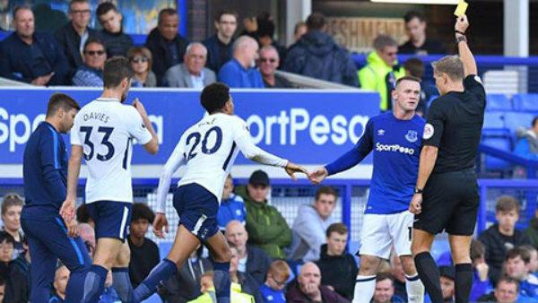 """Nối gót đàn anh Gareth Barry, Rooney """"cán mốc 100"""" thẻ vàng tại Ngoại hạng Anh"""