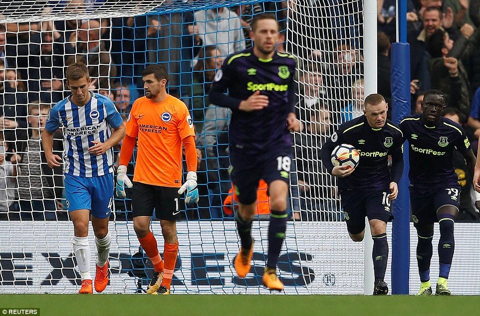 """Rooney """"nổ súng"""" phút cuối cùng, giải cứu Everton khỏi kết cục bẽ mặt trước tân binh"""