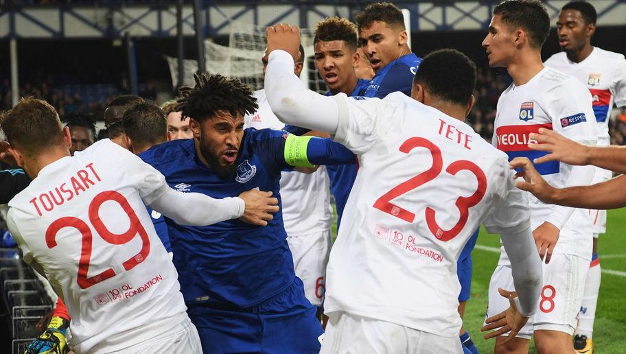 """Everton ra phán quyết với ông bố """"hổ báo"""" ẵm con """"cân"""" cả dàn cầu thủ Lyon"""