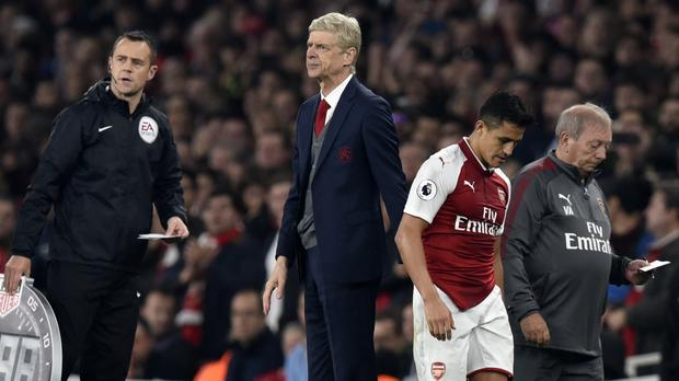Sanchez từ chối bắt tay HLV Wenger trên sân tập, giờ chia tay đã điểm?