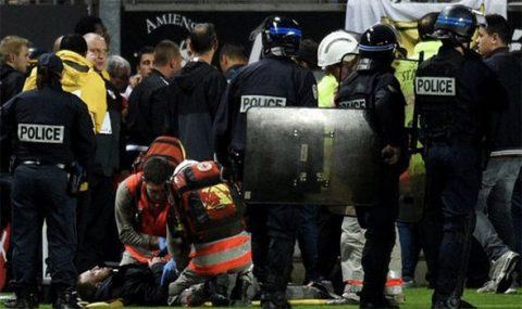 Khán đài đổ sập trong trận cầu tại Ligue 1 khiến 20 người bị thương
