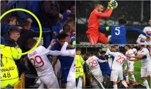 CHÙM ẢNH: Mặc kệ em bé trên tay, CĐV Everton vẫn lao vào đánh túi bụi cầu thủ Lyon
