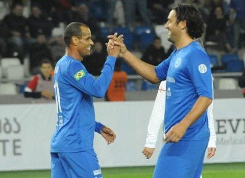 Rivaldo, Totti cùng nhau sát cánh đánh bại đội bóng của Crespo, Shevchenko