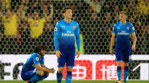 Huyền thoại Arsenal đòi đuổi cổ Ozil sau trận thua ngược trước Watford