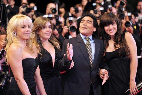 """Diego Maradona kiện 2 con gái ra tòa vì tội """"thụt két"""""""