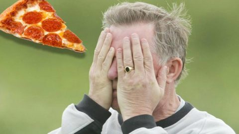 Sau 13 năm, cuối cùng kẻ cả gan ném bánh pizza vào Sir Alex đã chính thức lộ diện kèm theo lời xin lỗi