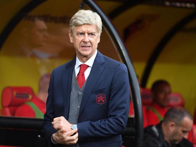 Thua ngược Watford, HLV Wenger đầu hàng Man City trong cuộc đua vô địch