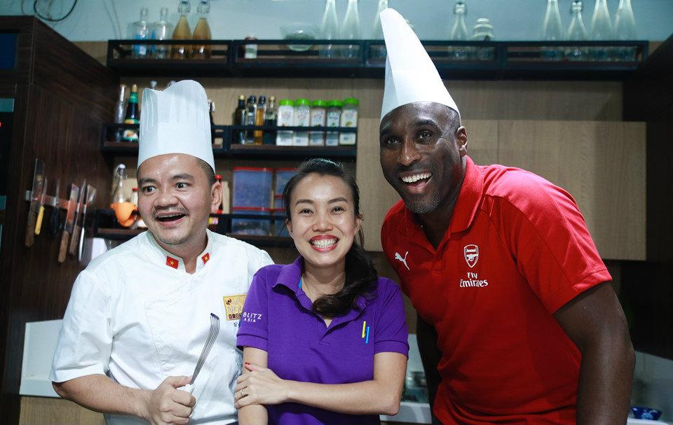 Huyền thoại Arsenal Sol Campbell giành chiến thắng trong cuộc thi làm đặc sản bánh Xèo truyền thống của Việt Nam