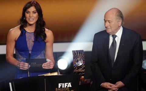 SỐC: Nữ cầu thủ tố bị cựu Chủ tịch FIFA sàm sỡ ngay trong lúc trao Quả bóng vàng