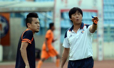 Cầu thủ Đà Nẵng hụt hẫng, khóc ngất trên sân khi nhận được tin HLV Huỳnh Đức thôi việc