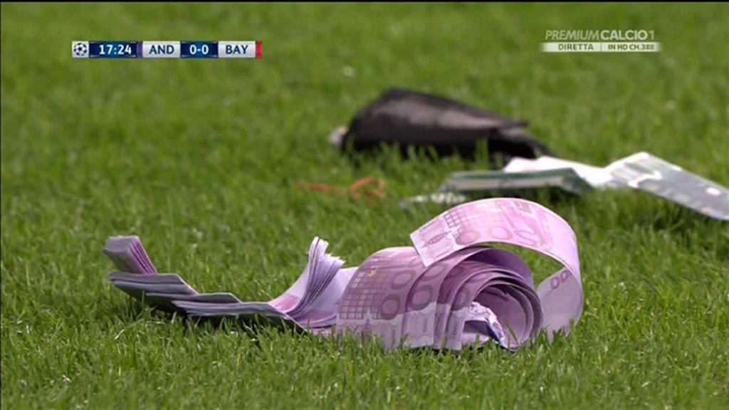 """Phản đối giá vé cắt cổ, CĐV Bayern Munich đồng loạt rải """"mưa"""" tiền xuống sân"""