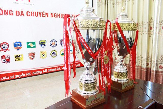 """BTC V-League chơi """"ngông"""", trao hẳn… 2 chiếc cup cho đội vô địch"""