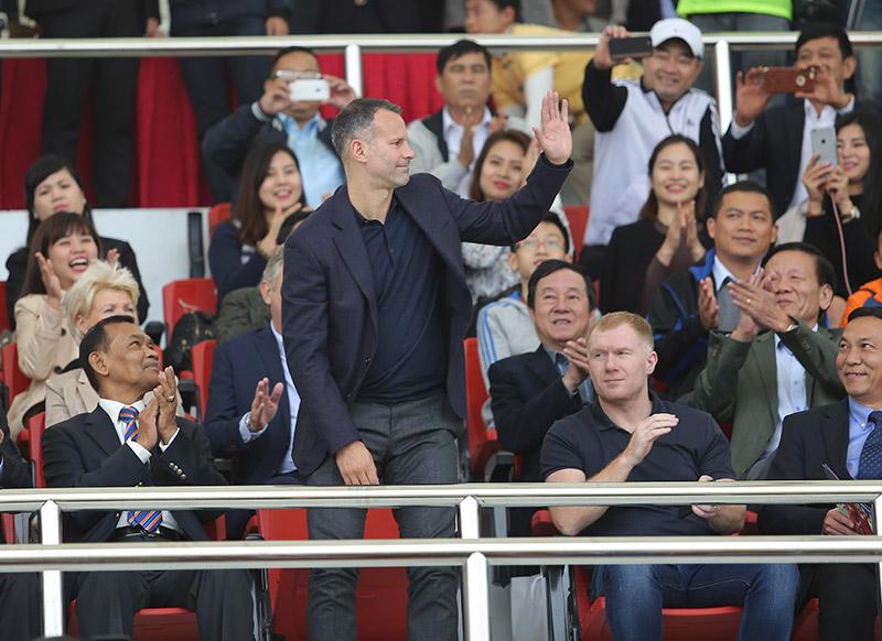 """Fan bóng đá Đông Nam Á phản ứng thế nào khi Giggs, Scholes làm """"sếp"""" ở Việt Nam?"""