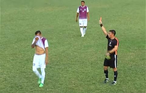Chuyện thật như đùa: Vào sân thay người, cầu thủ nhận 2 thẻ vàng trong 10 giây dù chưa chạm bóng