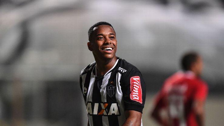Bất chấp án tù lơ lửng, Robinho vẫn sống ung dung tại quê nhà Brazil