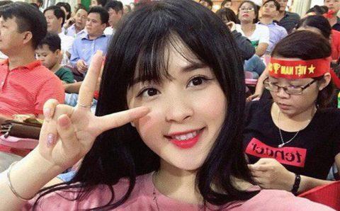 Fan nữ cực xinh đẹp gây sốt trên sóng truyền hình trận Việt Nam gặp Afghanistan là ai?