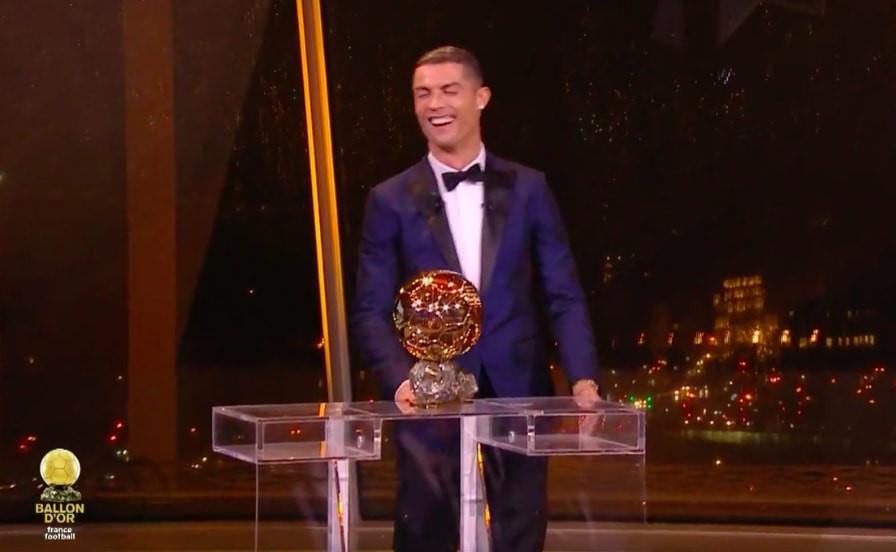 """""""Ẵm"""" xong Quả bóng vàng, Ronaldo nói ra điều ước trong Giáng sinh khiến tất cả khán phòng phải bật cười"""