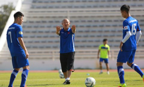 Tập luyện cùng U23 Việt Nam, HLV Park Hang-seo xin chào thua học trò