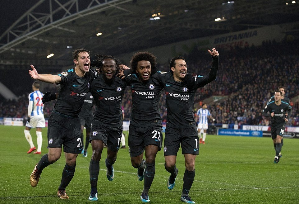 Ghi bàn đa phong cách, Chelsea đánh sập pháo đài Huddersfield, cân bằng điểm số với M.U