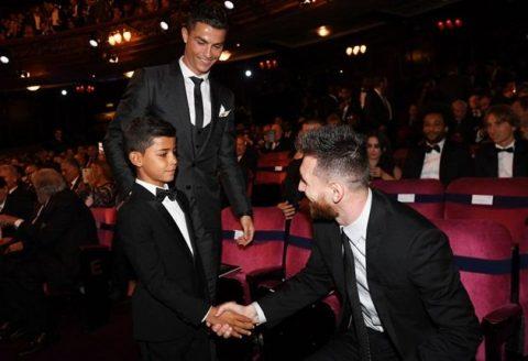 """Trước thềm buổi lễ trao QBV, cậu cả nhà Ronaldo bất ngờ """"gửi thông điệp"""" đặc biệt với đại kình địch của bố mình"""