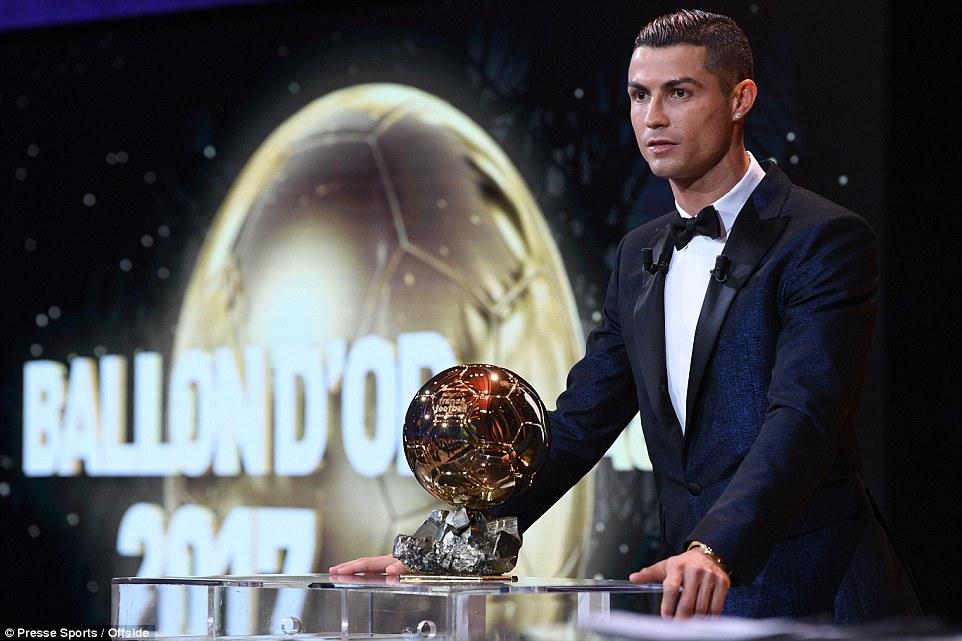 Ronaldo giành Quả bóng vàng thứ 5 trong sự nghiệp, cân bằng kỷ lục của Messi
