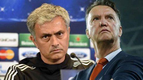 """Thua trận, bị ăn đòn chưa đủ, Mourinho còn nhận cú """"đánh lén"""" từ người tiền nhiệm Van Gaal"""