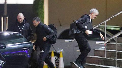 """Bỏ bê công việc, hành động kỳ quặc, Mourinho đang tính """"đánh bài chuồn"""" khỏi M.U?"""