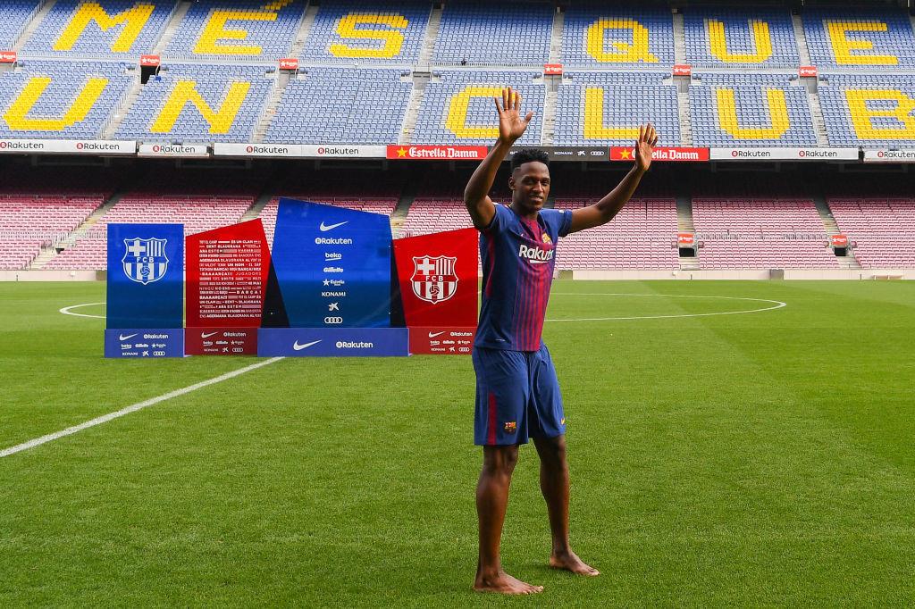 CHÙM ẢNH: Hành động đặc biệt của tân binh Barca trong ngày ra mắt Nou Camp