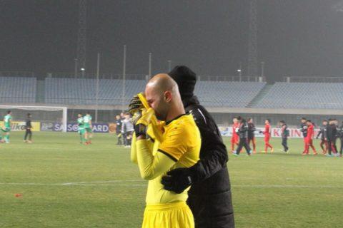 Thủ môn Iraq khóc ròng gần 10 phút, chịu đay nghiến thậm tệ từ CĐV nhà