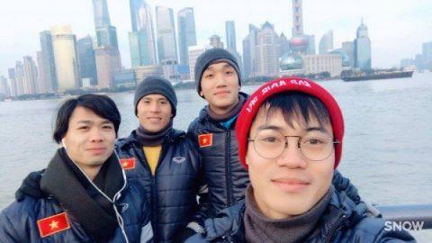 """CHÙM ẢNH: Dàn """"soái ca"""" U23 Việt Nam khoe ảnh cực chất ở Trung Quốc"""
